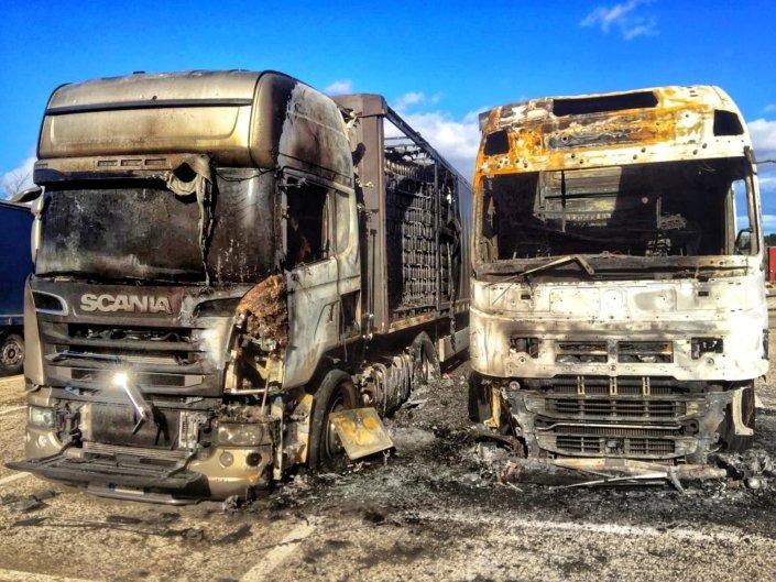 Noci: i due camion incendiati.